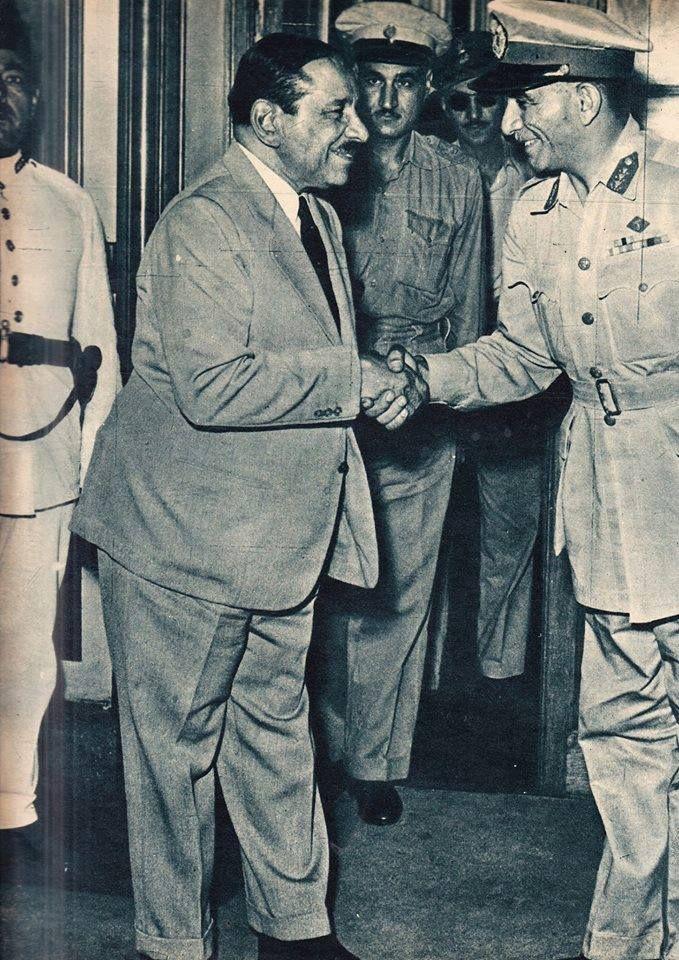 اللواء نجيب يصافح علي ماهر في اخر يوم له كرئيس للوزراء و البكباشي جمال عبد الناصر ينظر للموقف بحدة 12 سبتمبر 1952 Old Egypt History Pictures Egypt