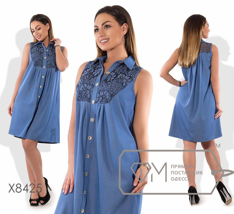 26082fb22e33 Платье-рубашка покроя трапеция мини из летнего джинса без рукавов с  застёжкой по всей длине, расклешённое от кокетки на гипюре X8425