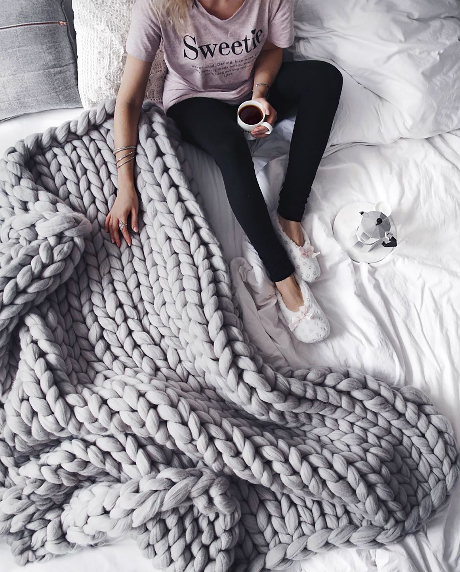 this is the easiest tutorial for that chunky knit blanket everyone loves handiwork pinterest. Black Bedroom Furniture Sets. Home Design Ideas