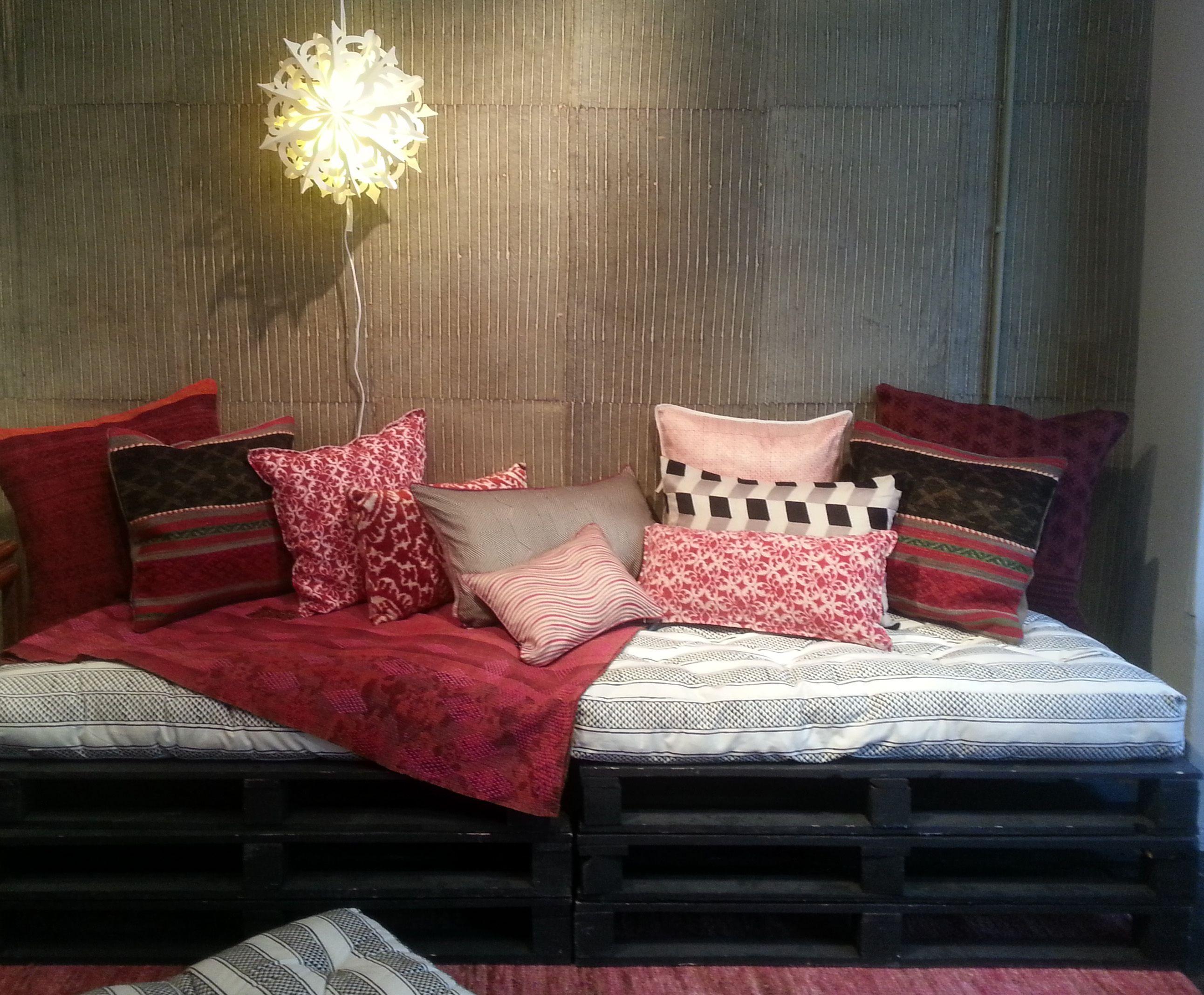 coussin crate et petits coussins japonais le monde sauvage mobilier pinterest monde. Black Bedroom Furniture Sets. Home Design Ideas
