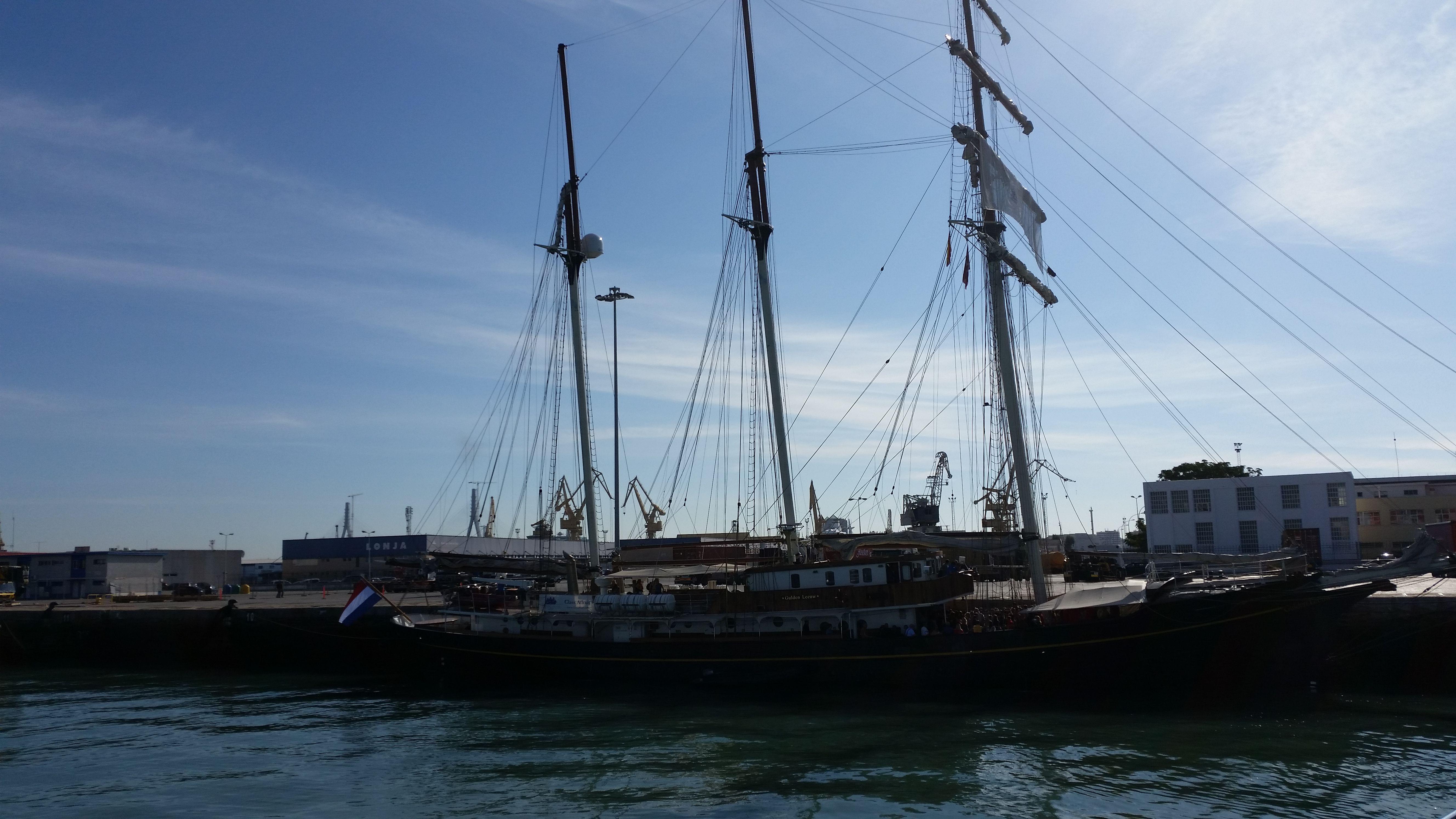 panorámica del buque de recreo en el puerto de Cádiz