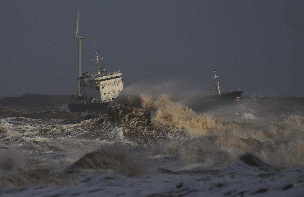 JoanMira - 1 - World : Imagenes del Mundo - Un buque intenta acercarse al...