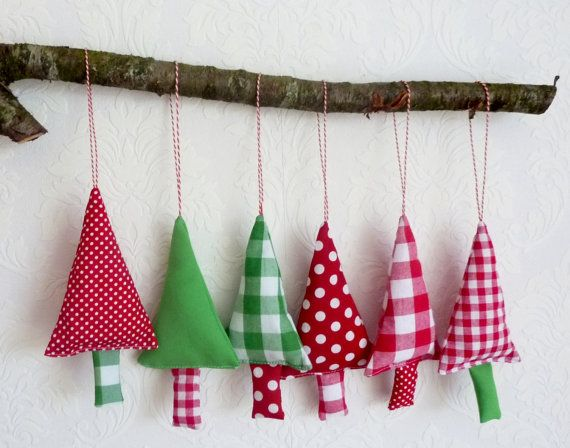 Kerstboom Versiering In De Kleuren Groen Rood En Wit 6 Stoffen Kerstbomen Om In De Fabric Christmas Trees Fabric Christmas Decorations Christmas Tree Garland