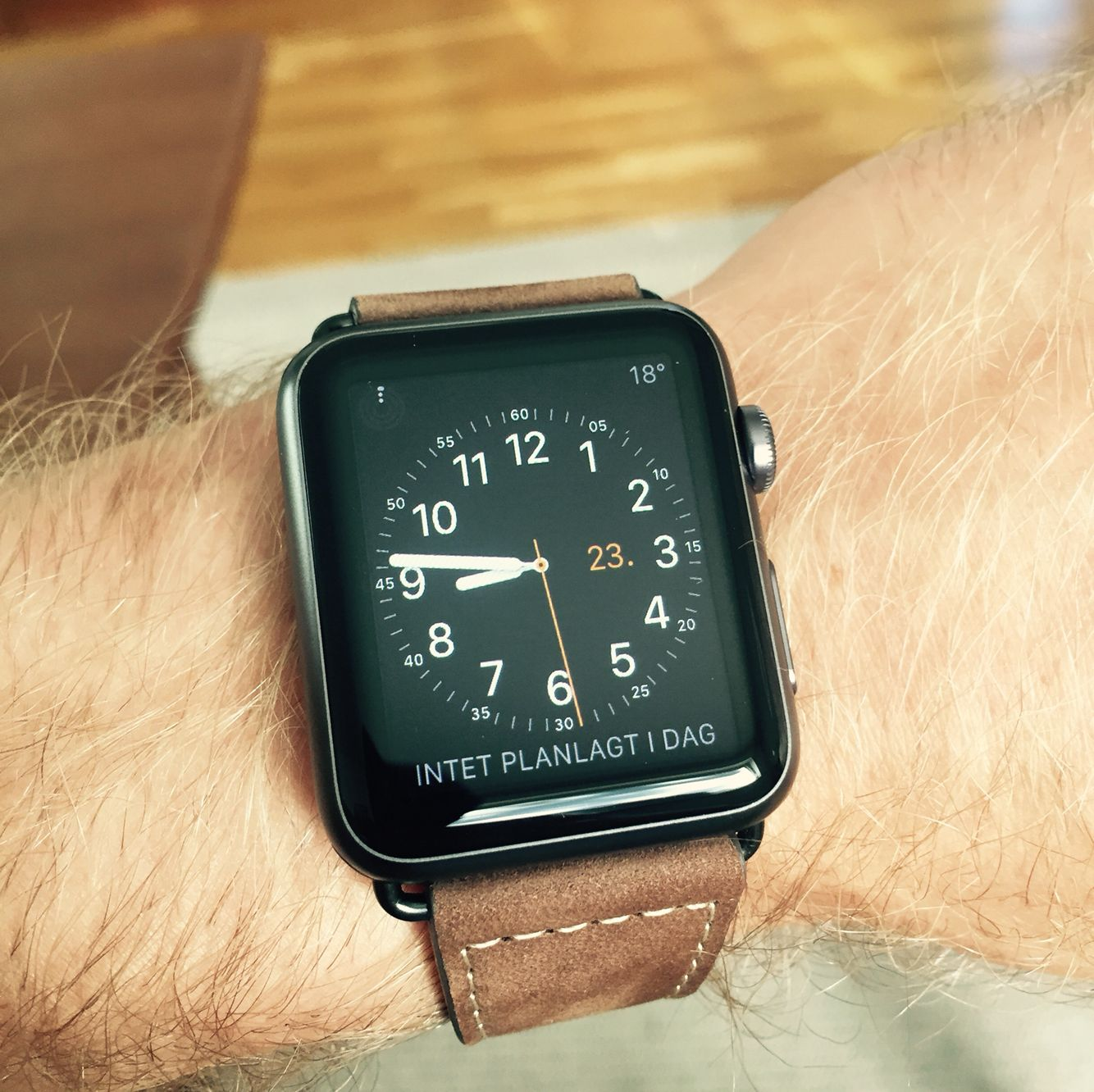 Space grey Apple watch with leather strap Kluns
