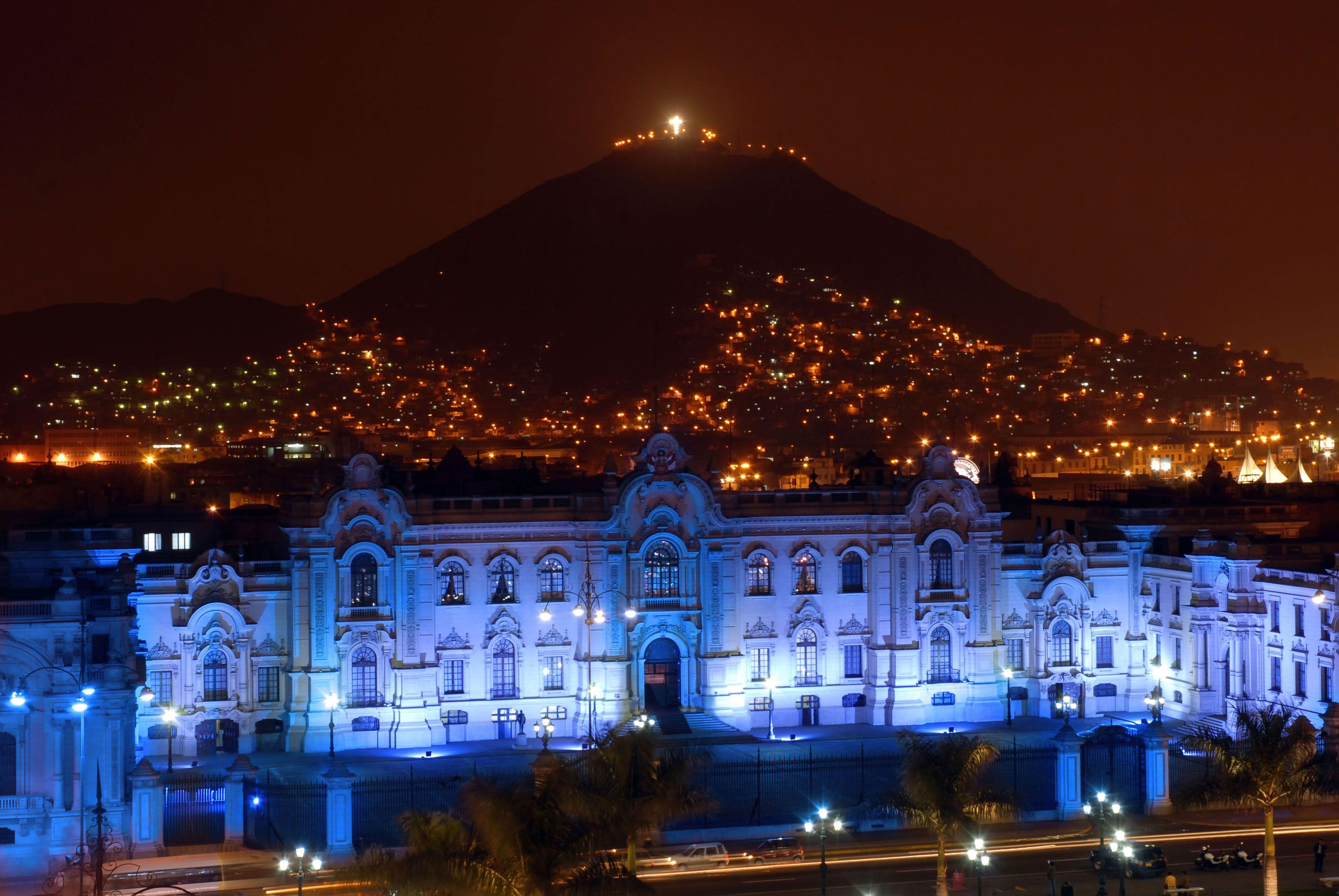 Panoramica de Palacio de Gobierno con el cerro San Cristobal de fondo