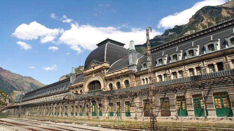 Estación de Canfranc, España   Se inauguró en 1928 y era un bello ejemplo de Art Nouveau. Conectaba Francia y España, pronto se asoció con los nazis durante la guerra, ya que la utilizaban para trasportar oro fuera de Francia y volframio en la dirección contraria. La estación cerró en 1970 tras un descarrilamiento que provocó el derrumbamiento de un puente en el lado francés de la frontera. Los franceses decidieron no reconstruirlo, por lo que el servicio de transporte se interrumpió.