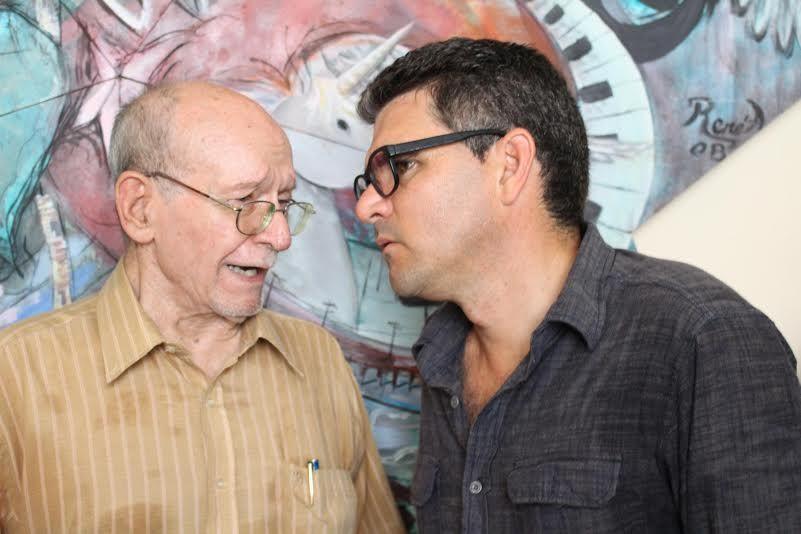 Aurelio Alonso y Julio César Guanche, miembros de Cuba Posible, durante la entrega.