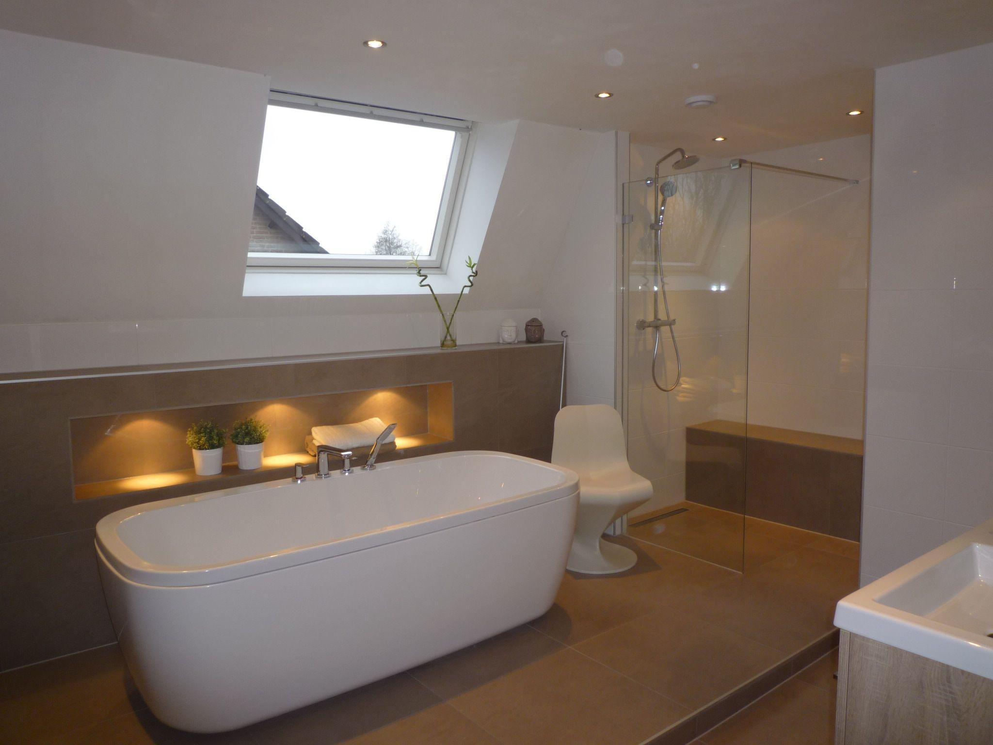 Gerealiseerde badkamer door Sanidrõme Bouter met o.a. een bad ...
