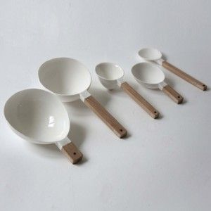 These five measuring spoons give the correct quantities of flour, water, yeast, sugar and oil to bake the perfect loaf of bread.