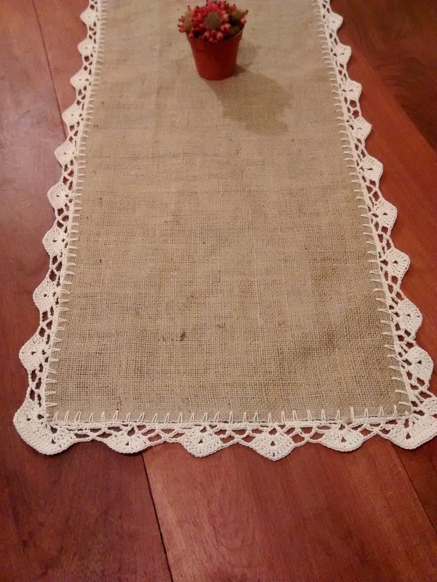 camino de mesa de arpillera y crochet.
