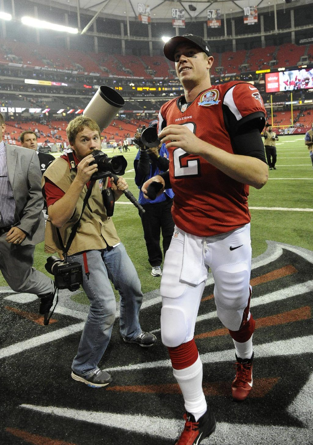 Image Detail For Atlanta Falcons Quarterback Matt Ryan 2 Walks Off The Field After The Second Half Of An Nfl Football Gam With Images Nfl Football Games Falcons Football