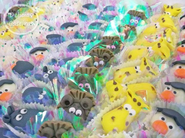 Docinhos modelados com massa de leite em pó para a festa no tema Madagascar, girafa, leão, hipopôtamo, zebra, pinguins