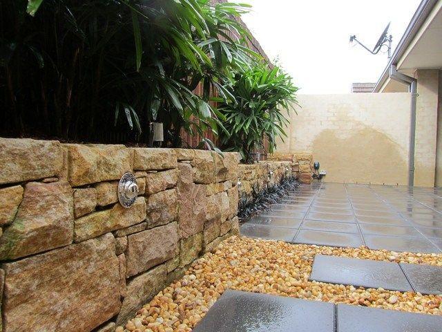 Innenhof Pflastersteine Stützmauer Naturstein hohe Pflanzen - sichtschutz auf sttzmauer