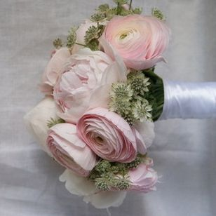 mariage romantique le bouquet de pivoines et renoncules roses clone floral pinterest. Black Bedroom Furniture Sets. Home Design Ideas