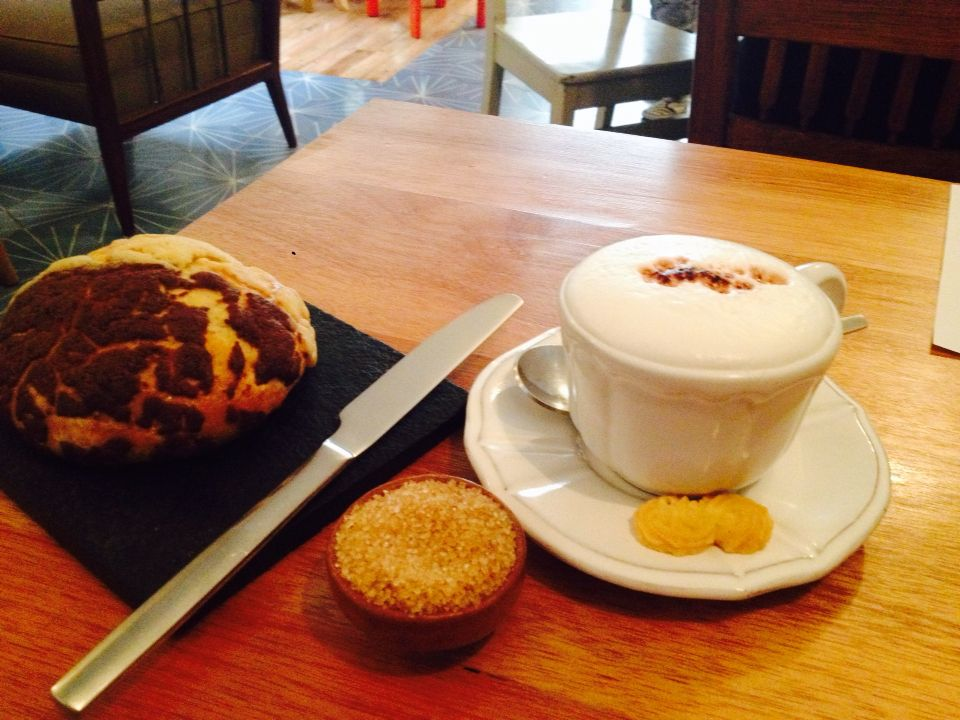 Café con azúcar morena y concha dúo en Dúo Salado y Dulce