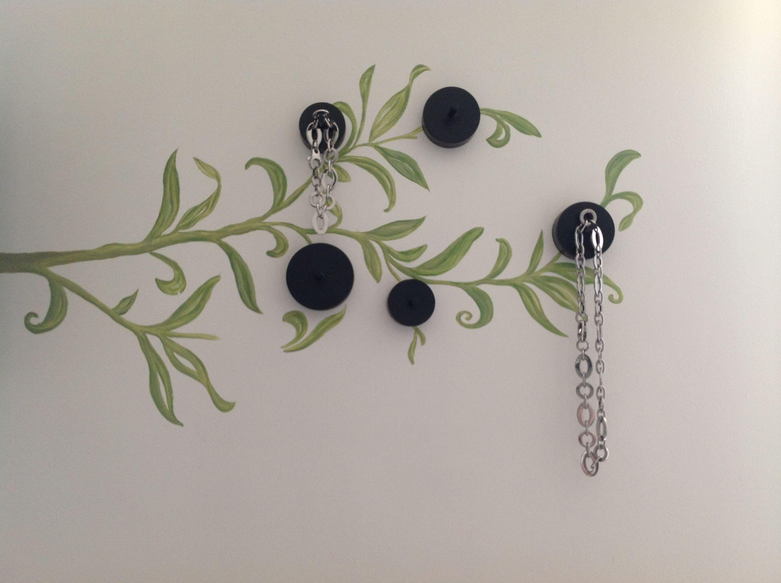 Voici une idée pour pendre vos petits bijoux! J\'ai peint un motif ...