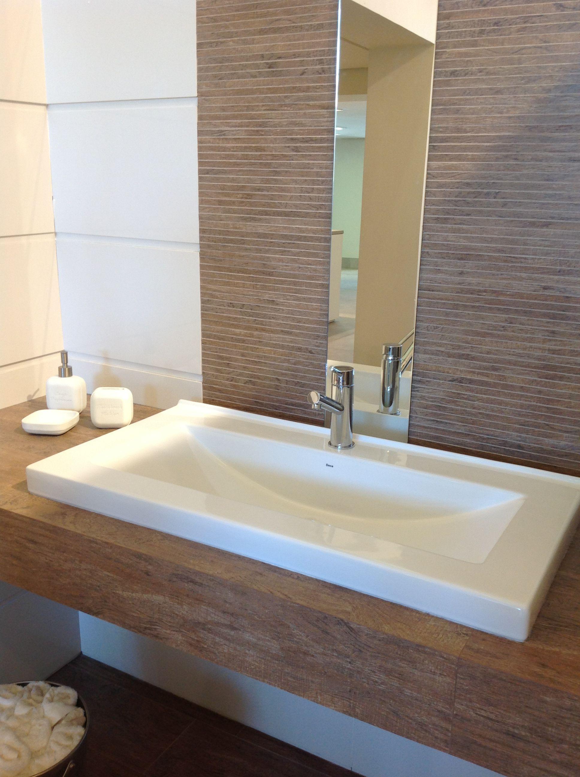 bancada em porcelanato imitando madeira Referências para o lavabo  #3D628E 1936x2592 Banheiro Bancada Porcelanato