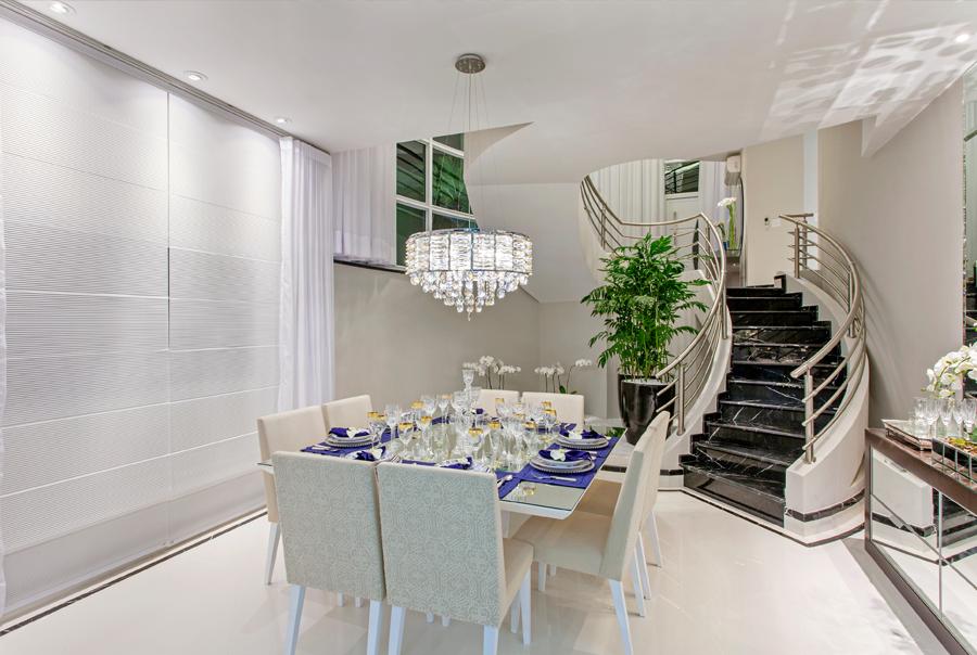 Sala de jantar buffet lustre mesa quadrada escada for Salas de casas modernas