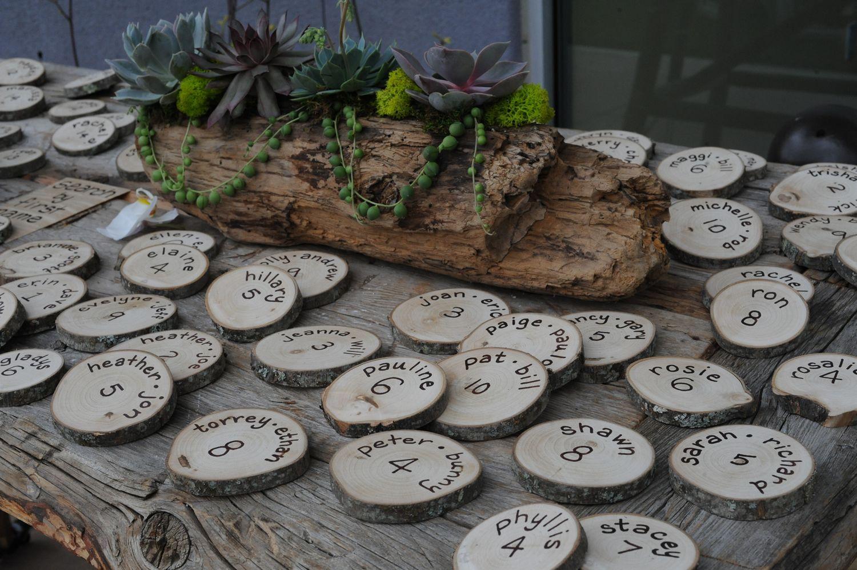 Namensschilder und succulenten im alten baumstamm tischkartenhalter hochzeit namensschilder sitzplan hochzeit deko