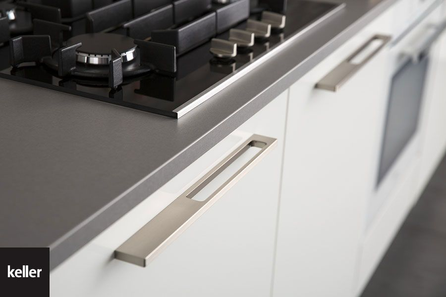 Een strakke metalen handgreep in rvs look van keller keukens