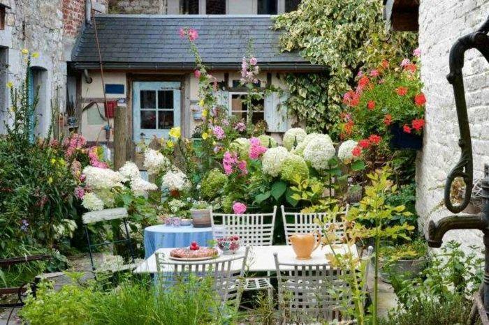Jardines con piedras patio estilo provenzal colorido con for Decoracion de jardin con piedras grandes