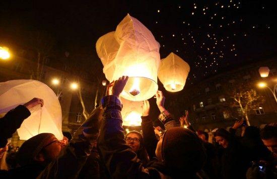 Sky Lantern Party Walyou Christmas In Europe Sky Lanterns Holidays Around The World