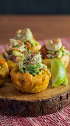 Des crevettes décortiquées mélangées avec de l'avocat, le tout mariné et assaisonné. Une banane mise dans des moule à muffin pour en prendre la forme, puis frite dans l'huile, puis remplie du mélange avocat crevettes dans un fond de banane