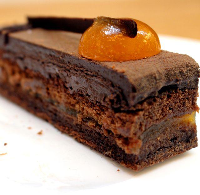 Kuya: biscuit de chocolate regado com Frangélico, recheado por geleia de maracujá e coberto por ganache de chocolate meio amargo