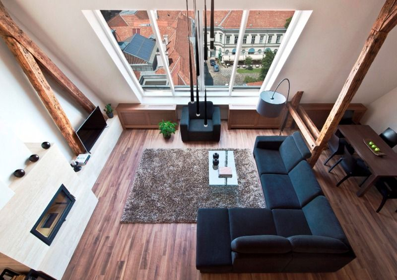 Top floor apartment in the downtown with original beams and wide windows
