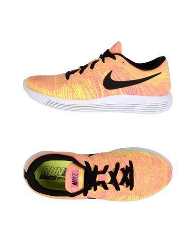 on sale 864fc ed7e6 NIKE Sneakers   Deportivas mujer. Las zapatillas de running Nike LunarEpic  Low Flyknit son ligeras y transpirables, y ofrecen una amortiguación  específica ...