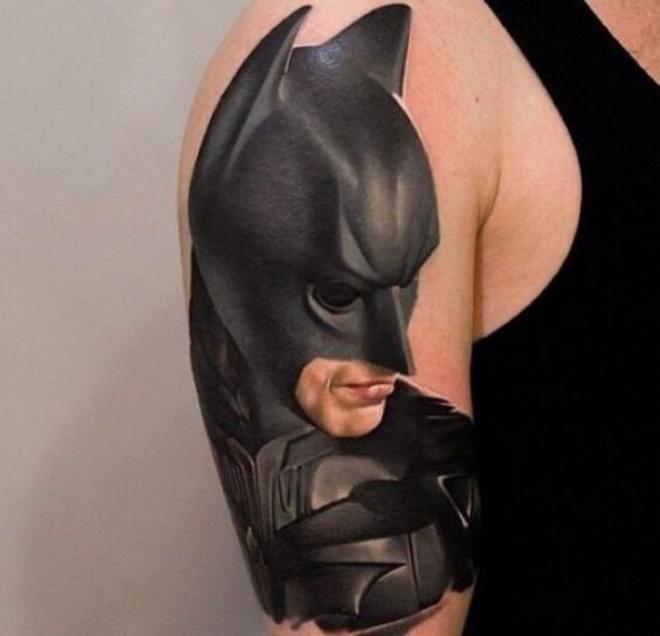 Apparemment, la personne qui porte ce tatouage est fan de Batman... (25 tatouages fous)