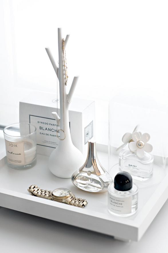 me gusta esta idea. Utilizar bandejas para organizar sobre la comoda, bijouterie, perfumes y todo objeto de uso personal diario!