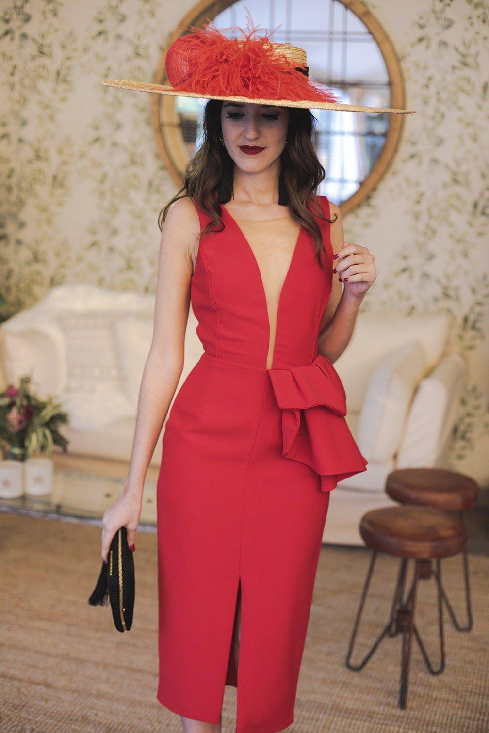 bfb9a0708 Look invitada noda mañana vestido rojo escote pamela complementos negros
