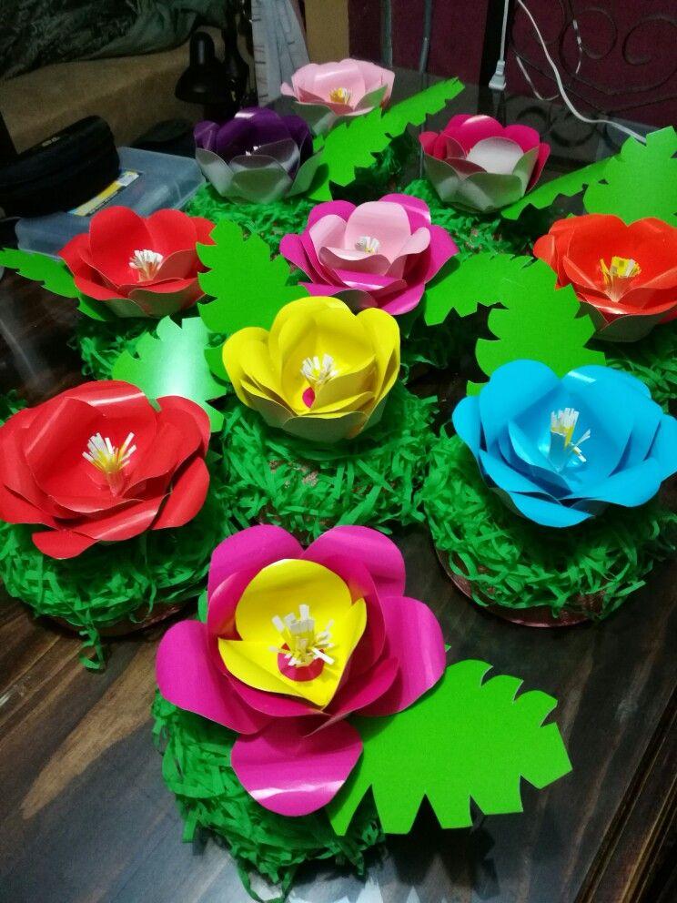 Flores en cartulina fiesta de moana decoraci n para for Rosas de decoracion