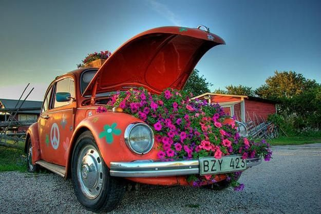 Large flower beds and garden sculptures adorned with lush plants are beautiful yard decorations. Flower beds created with old cars, bathtubs, small boats and car tires are a great way to recycle and decorate your outdoor living spaces. Lushome brings a collection of recycling ideas for old cars and