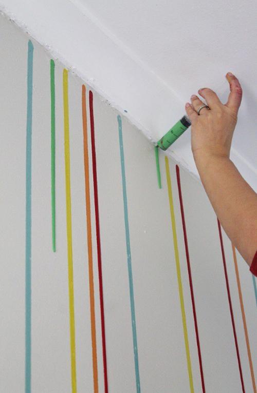 Carga una jeringa de pintura y la utiliza para pintar la - Como pintar una pared con textura ...