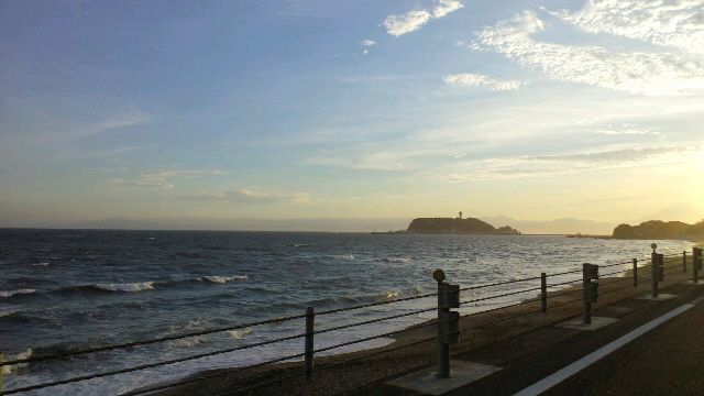 七里ガ浜より江ノ島を望む