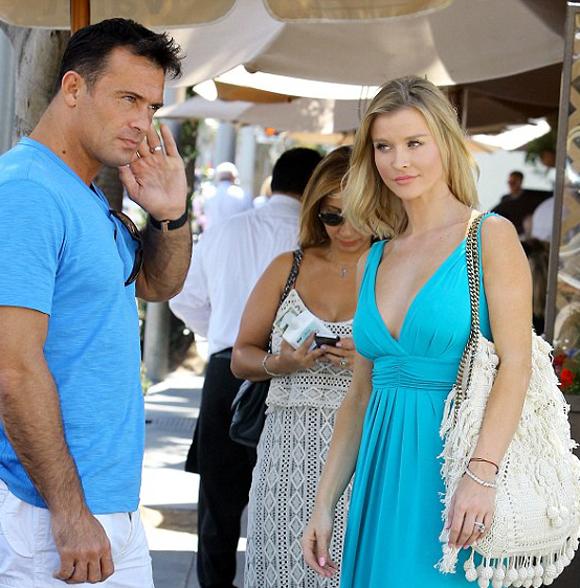 Video: Chest a glimpse! Joanna Krupa wears a deficient tw...