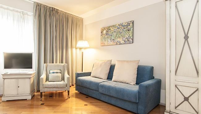 Milan Royal Suites & Apartment Divano moderno in