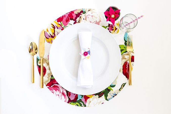 Make your own DIY No-Sew Floral Fabric Chargers in just two easy steps! The pop of pattern is just what your springtime placesetting has been missing.