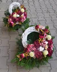 Znalezione Obrazy Dla Zapytania Oryginalne Stroiki Na Wszystkich Swietych Flower Arrangements Funeral Flowers Modern Floral Arrangements