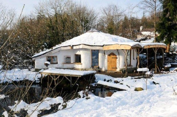 Obrazom: Muž postavil ekologický domček z dreva a slamy. Úrady ho chcú zbúrať! | Dobré noviny