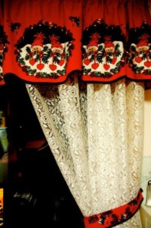 cortina-navideña sobre camas y cortinas Pinterest