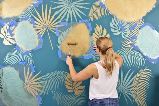 How To Stencil a Tropical Wall Mural #tropicalpattern