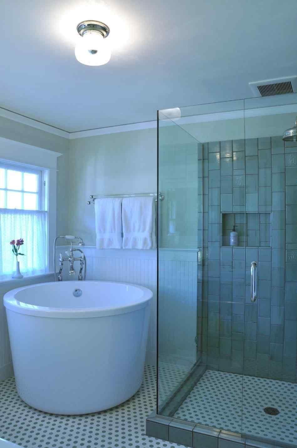 Stunning European Interior Ideas To Inspire Yourself 38 In 2020 Soaking Tub Shower Combo Bathroom Design Small Modern Small Soaking Tub