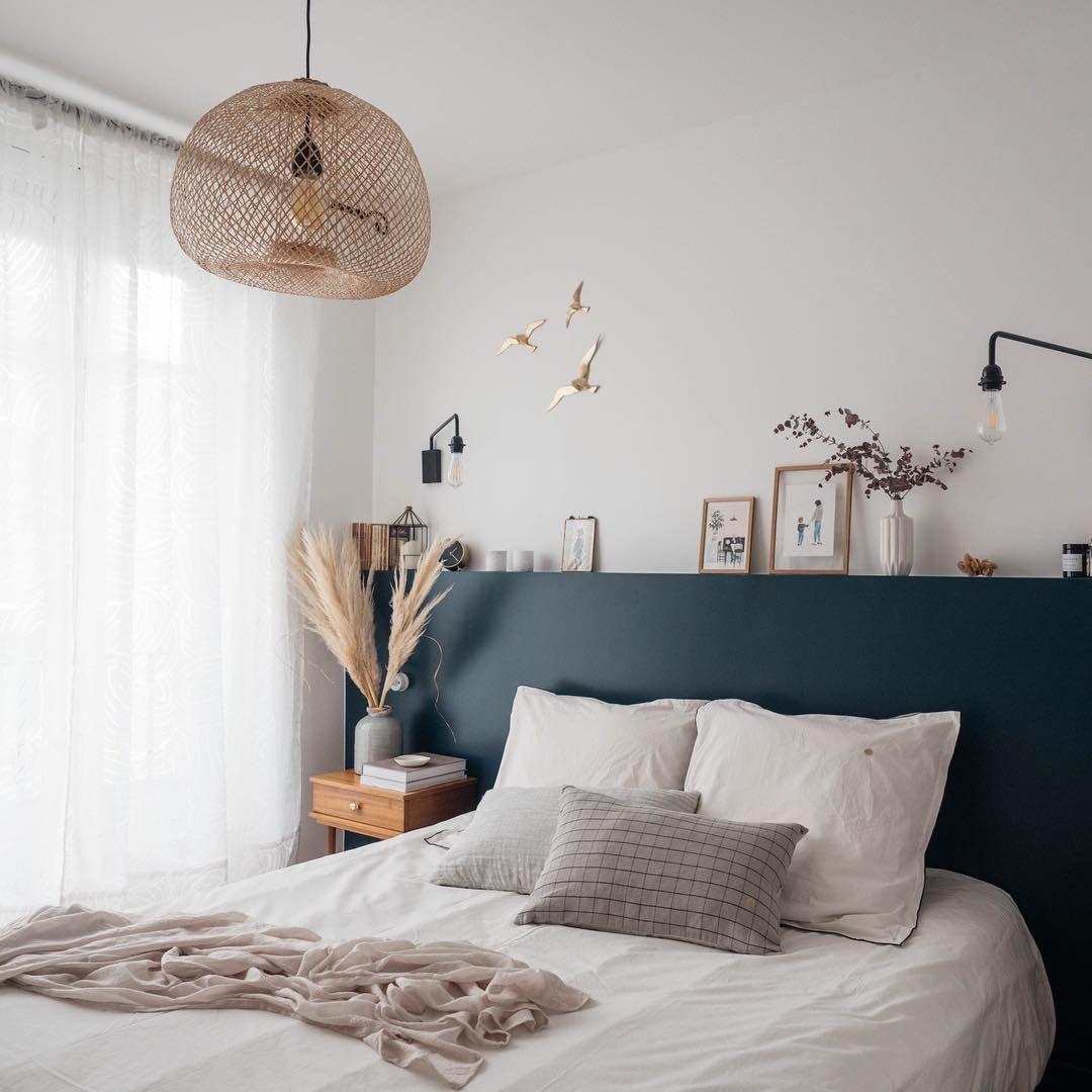 Chambre avec une tete de lit bleu marine style naturel chambre decochambre scandinavian - Peinture chambre parents ...