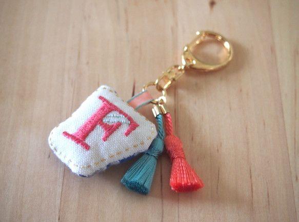 アルファベットの刺繍を施したチャームとブローチです。1個1個手で縫っています。裏地、リボン、タッセルもアルファベットの色に合わせて変えています。オーダーメイド...|ハンドメイド、手作り、手仕事品の通販・販売・購入ならCreema。