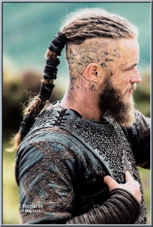 coiffure viking coupe de cheveux bjorn man bun cheveux mi longs blouse grise coiffure homme photo coiffure homme coiffure homme 2017. Ragnar Lothbrok Travis Fimmel Coiffure Homme Viking Cheveux Viking Ragnar Vikings