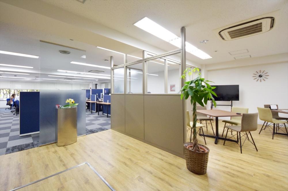 オフィスデザイン実績 アドを紡ぐ舞台 をコンセプトにした 重厚感を持つオープンなオフィス 2020 オフィスデザイン 家具デザイン デザイン
