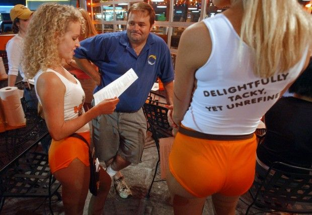 What is the average salary of a Hooters waitress?